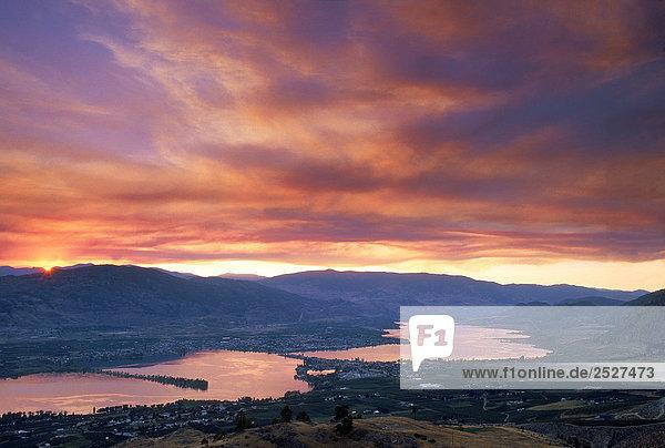 Sonnenuntergang über Osoyoos Lake mit Forest Fire Rauch  British Columbia  Kanada