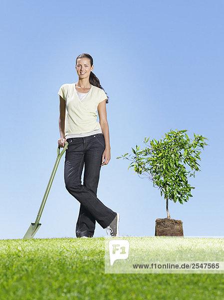 Frau einpflanzenden kleiner Baum