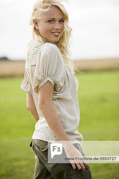 Junge Frau auf einem Feld