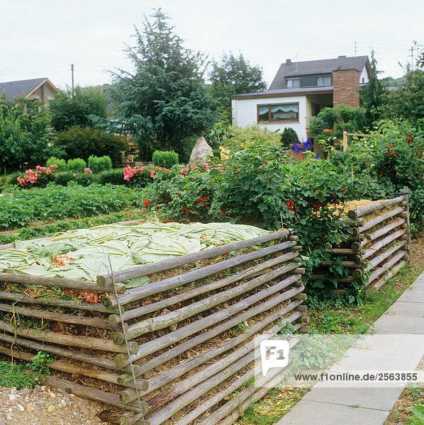 Garten mit zwei Kompostern