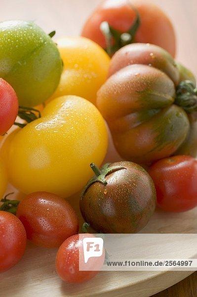 Verschiedene Tomatensorten auf Holzteller (Ausschnitt)
