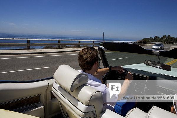 Mann fahren entlang der Küstenstraße Cabrio