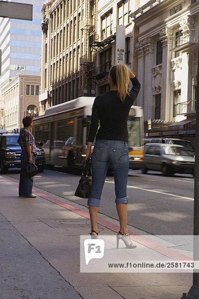 Frau stehend auf Bürgersteig