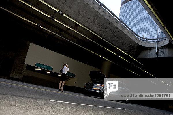 Garage Frau Auto parken Ärger Unterführung