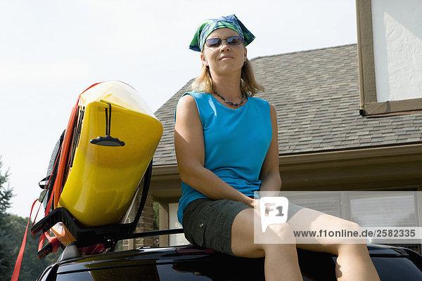 Dach Wäscheständer Frau sitzend Geländewagen Kajak