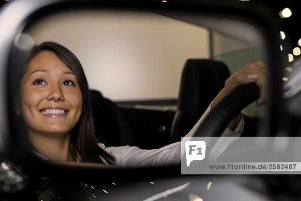 Frau posiert im Fahrersitz Cabrio