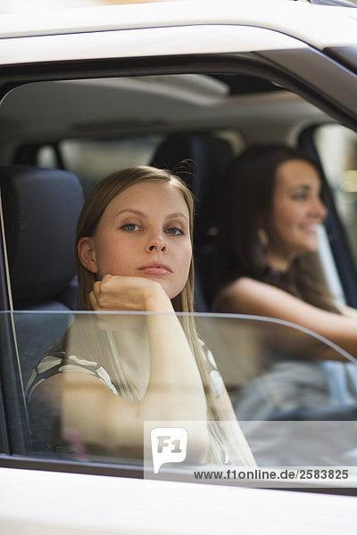 Junge Frau gesenkter blick in Auto Blick aus Passagier-Fenster