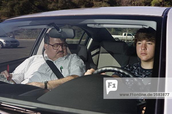 Jugendlicher nehmen Prüfung fahren Ausbilder