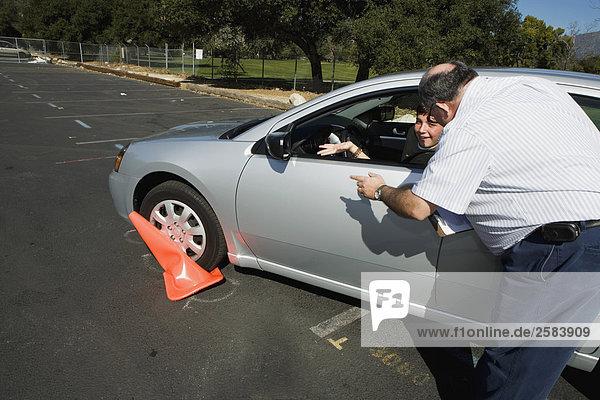 Fahrlehrer betont crushed Kegel Teen-Treiber
