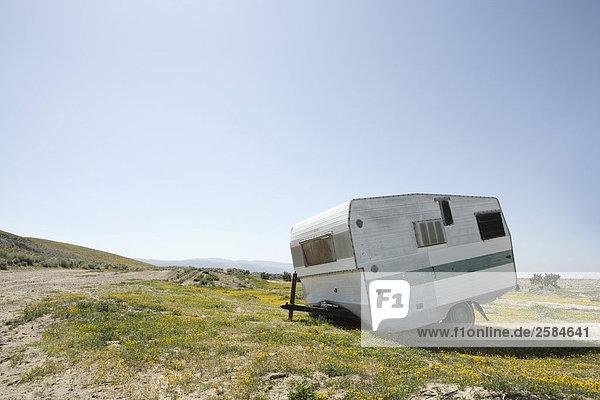 Alte Karawane sitzt verlassenen in California-Wüste
