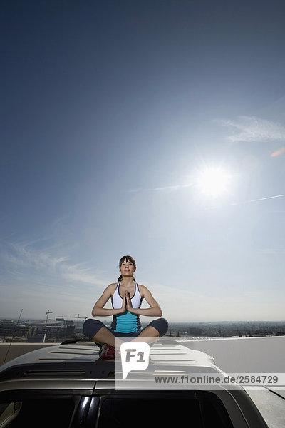 Frau durchführen Yoga über SUV