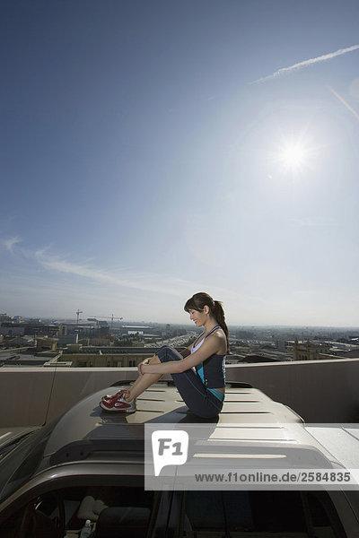 Dach sitzend Frau Auto Geländewagen hoch oben