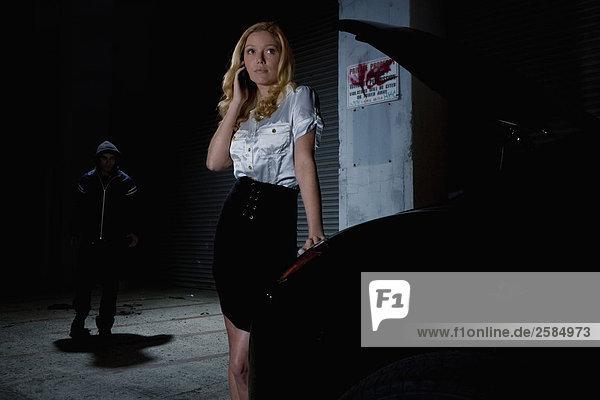 Frau sprechen am Telefon mit Autos broken down als Prowler Ansätze