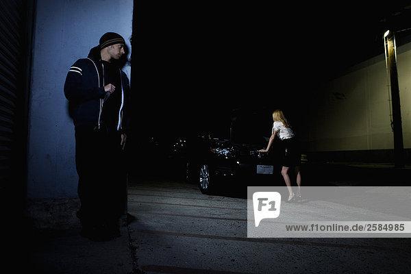 Frau mit aufgeschlüsselt Auto im Parkplatz als Angreifer Ansätze mit Messer