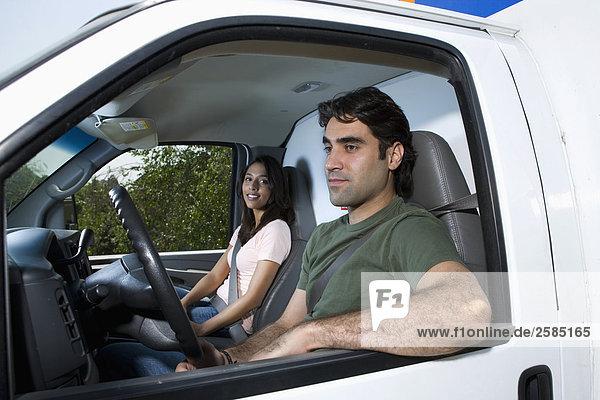 sitzend Bewegung Lastkraftwagen jung