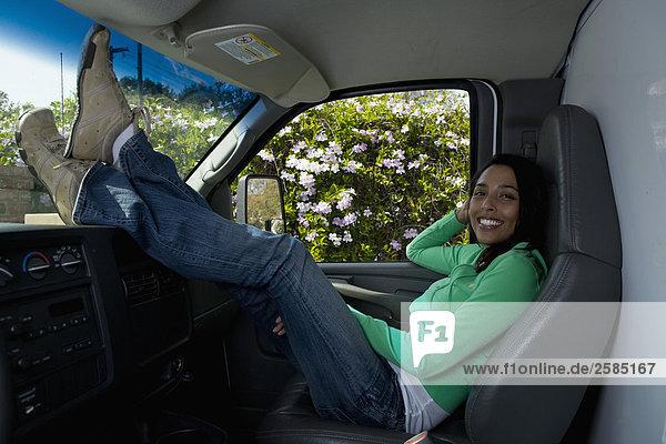 sitzend junge Frau junge Frauen Bewegung Lastkraftwagen