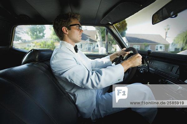 Junger Mann Fahrt im Auto auf prom