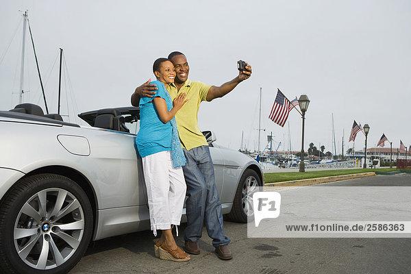 Paar in BMW 650i in Marina Self Foto