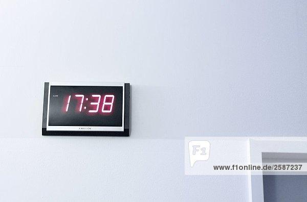 Nahaufnahme der Digitaluhr an Wand