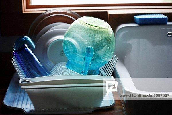 Kunststoff blau Wasserkrug und Gerichte in Dish-drain