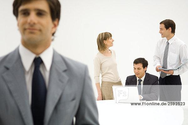 Geschäftsfreunde im Gespräch  der Mensch im Vordergrund