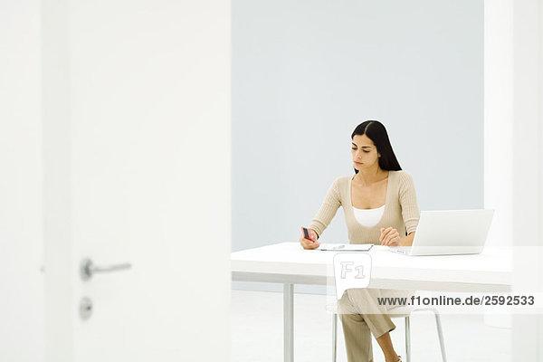 Geschäftsfrau  die allein im leeren Büro arbeitet