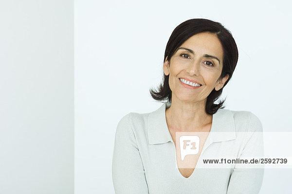 Seniorin lächelnd vor der Kamera  Porträt