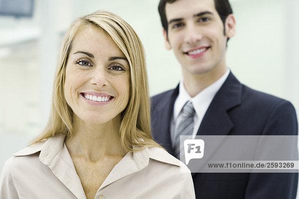 Zwei Profis lächeln vor der Kamera  Porträt