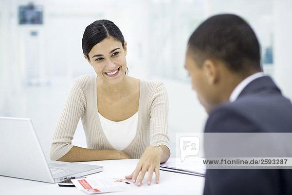 Treffen zwischen Fachmann und Kunde  Besprechung des Dokuments