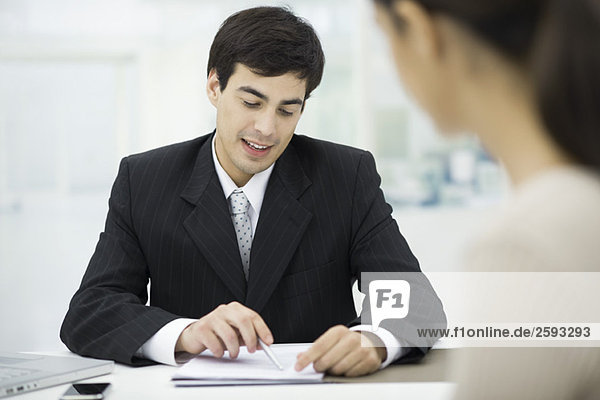 Geschäftsmann erklärt dem Kunden das Dokument