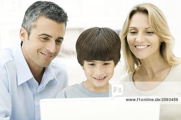 Familie mit Laptop-Computer zusammen  lächelnd