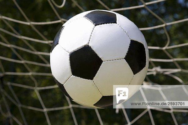 Ein Fußball  der ins Netz geht.