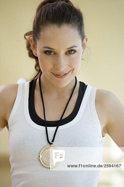 Eine junge Frau mit einer Goldmedaille für Gymnastik  Portrait
