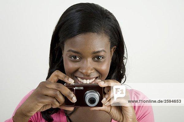 Eine Afroamerikanerin  die sich darauf vorbereitet  ein Foto zu machen.
