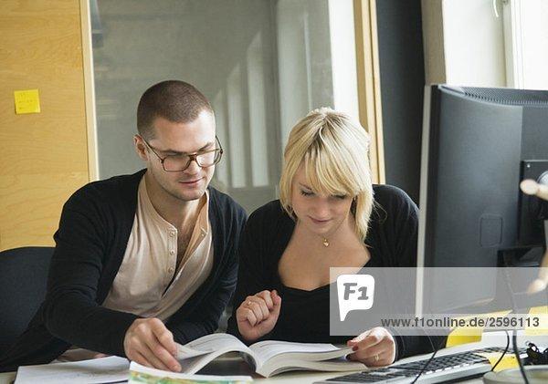 Zwei Schüler helfen sich gegenseitig