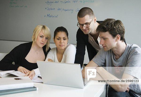 Freunde  die auf den Computerbildschirm schauen