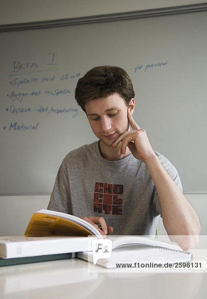 Studenten lesen Bücher