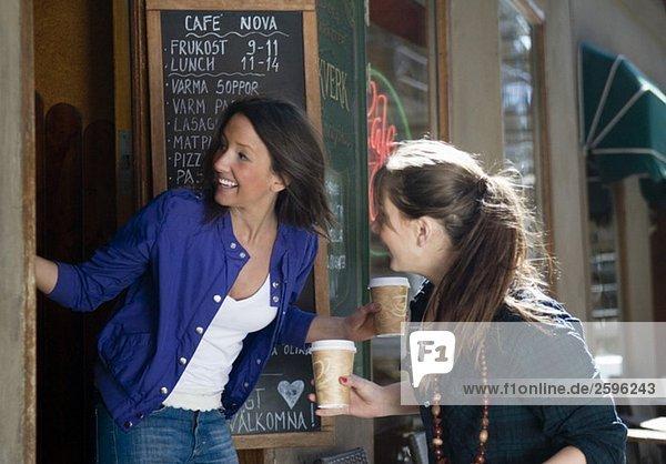 Mädchen vor dem Café