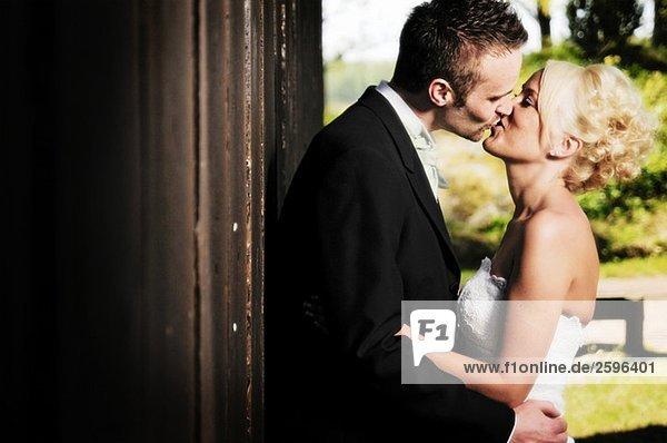 Brautpaar beim Küssen