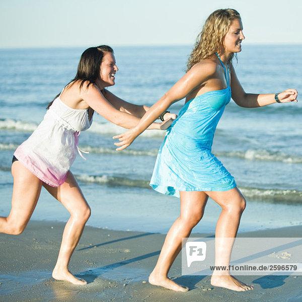 Mädchen  die am Strand laufen