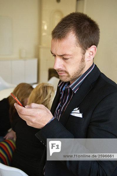 Mann schaut auf das Telefon