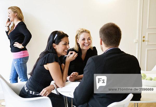 Frauen und Männer im Besprechungsraum