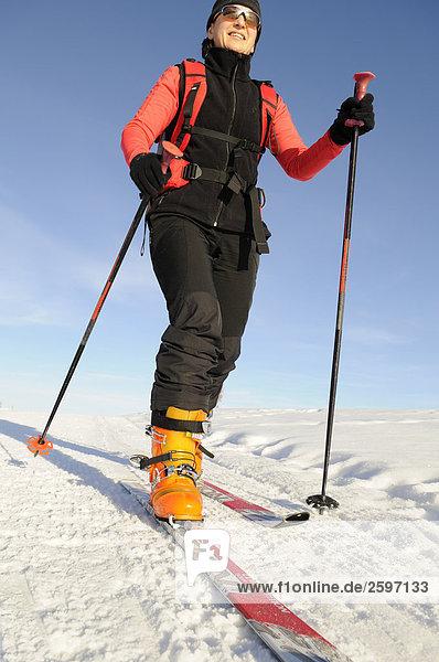 Frau Skifahren auf verschneiten Landschaft  Trentino-Alto Adige  Italien