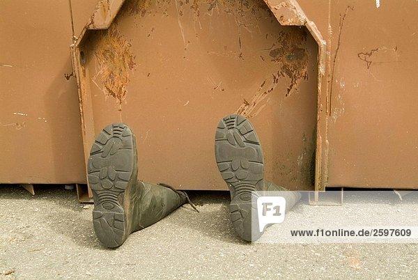 Transportpapierkorb über Stiefel