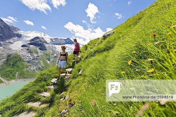 Wanderer zu Fuß in Lakeside  hohen Tauern Alpen  Mooserboden-Stausee  Kapruner Tal  am Zell See  Salzburg  Österreich