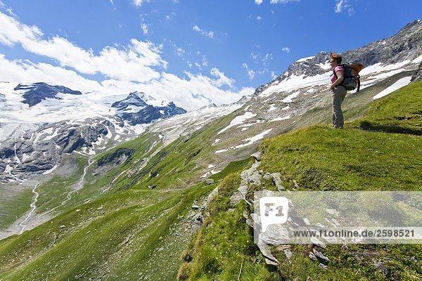 Wanderer Blick auf Berge Ansicht  hohen Tauern Alpen  Kapruner Tal  Zell am See  Salzburg  Österreich
