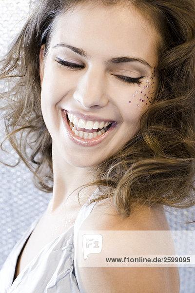 junge Frau mit Brocade auf Gesicht