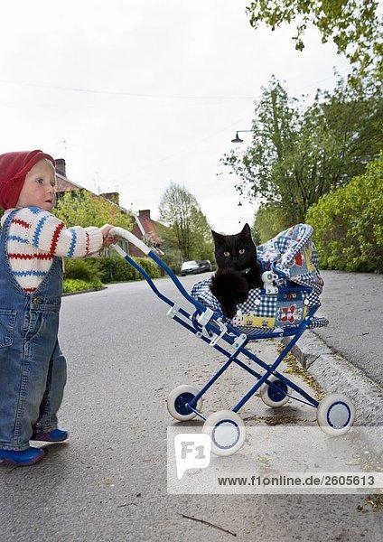 Ein Mädchen mit einer Katze in eine Puppen Pram Schweden