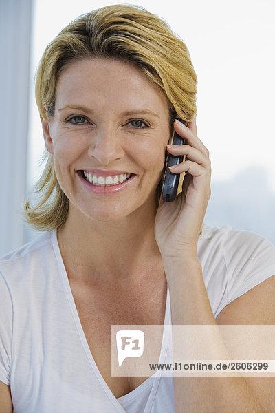 Senioren telefoniert mit Handy  sieht direkt in die Kamera  Portrait