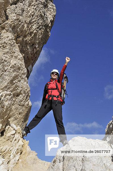 Weibliche Wanderer feiern stehen auf Felsen  Trentino-Alto Adige  Italien